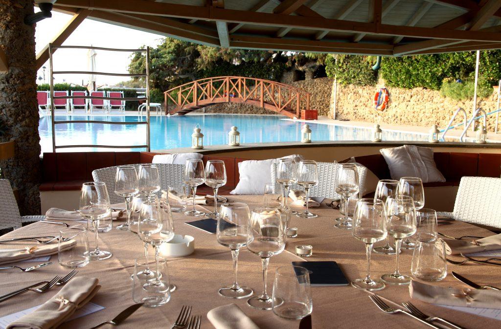 Tavola imbandita lato piscina - Cena Degustazione con Vini Azienda Campo alla Sughera - Bolgheri - Hotel I Ginepri